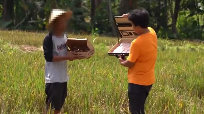 YouTuber tawari pizza untuk batalkan puasa.