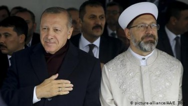 https://thumb.viva.co.id/media/frontend/thumbs3/2020/04/29/5ea8c0e2a84f9-ulama-turki-picu-kontroversi-soal-hak-lgbtq_375_211.jpg