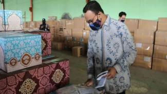 Anies Baswedan cek stok masker yang akan dibagikan gratis