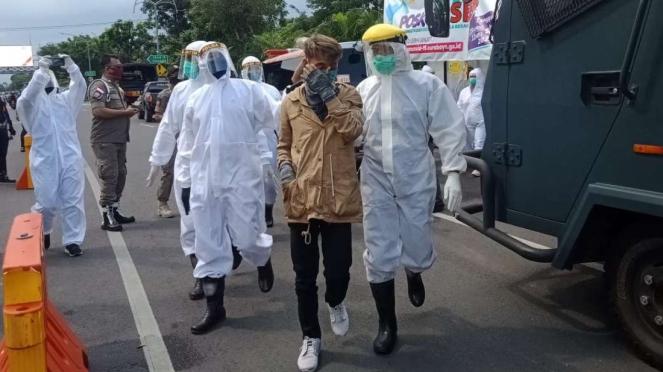 ODP terjaring petugas di check point Bundaran Waru, Surabaya, Jawa Timur, pada Rabu, 29 April 2020.
