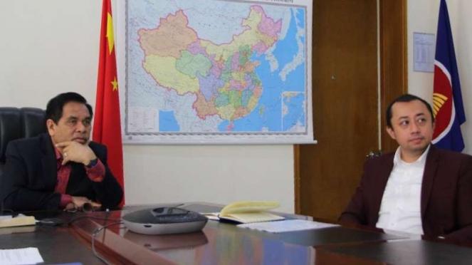 Dubes RI untuk China Djauhari Oratmangun (kiri)