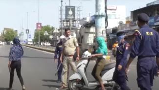 2 Cewek Berusaha Terobos Blokade Polisi Pakai Motor