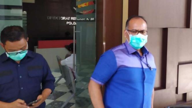 Direktur Reserse Kriminal Khusus Kepolisian Daerah Jawa Timur Kombes Pol Gidion Arif Setiawan berbicara tentang penyelidikan kasus investasi ilegal MeMiles dalam konferensi pers di Surabaya, Rabu, 29 April 2020.