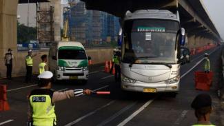 Larangan mudik polisi melakukan penyekatan kendaraan keluar Tol Cikarang Barat