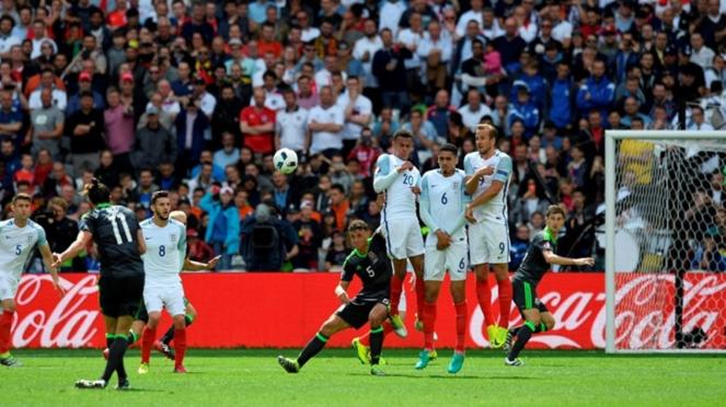 Tendangan bebas Gareth Bale saat Wales vs Inggris di Euro 2016