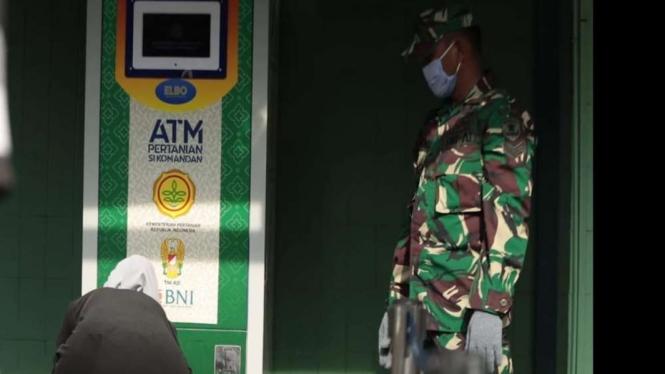 TNI AD dan Kementan membuat ATM beras guna membantu warga yang terdampak corona