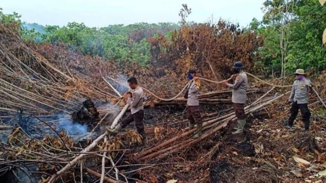 Ilustrasi: Satgas penanganan kebakaran hutan dan lahan Kepolisian.
