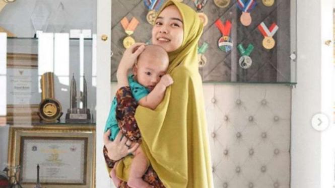 Ratu wushu Indonesia, Lindswell Kwok bersama anaknya.