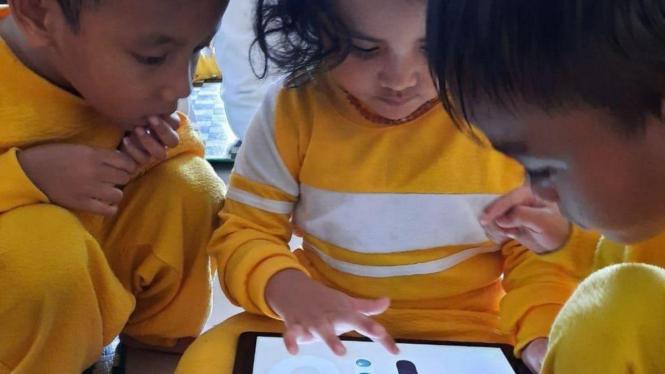 Anak belajar lewat aplikasi pendidikan di tengah Corona.