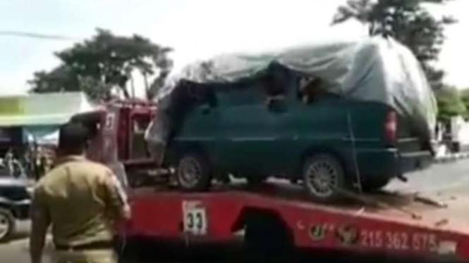 Mudik dengan memanfaatkan jasa truk towing.