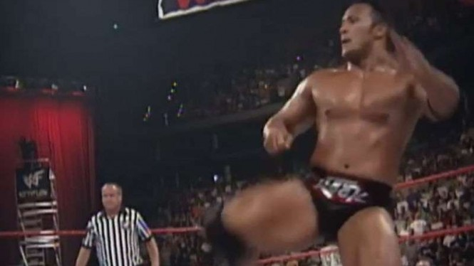 Aksi The Rock di arena WWE.