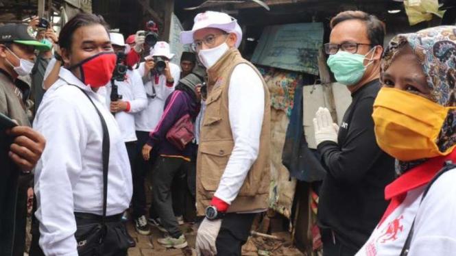 Aksi Sandiaga Uno berikan bantuan masyarakat terdampak COVID-19.