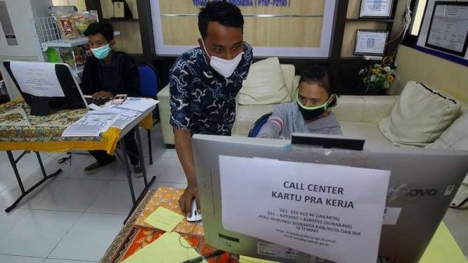 Petugas dampingi warga yang mendaftar Kartu Prakerja di Surabaya 13 April 2020