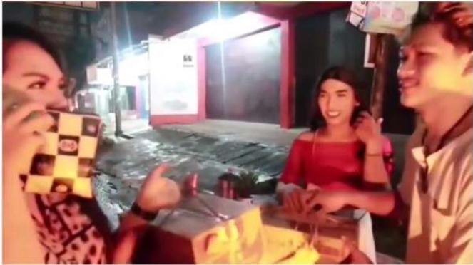 Aksi youtuber Ferdian Paleka memberikan sambako berisi sampah kepada dua waria.