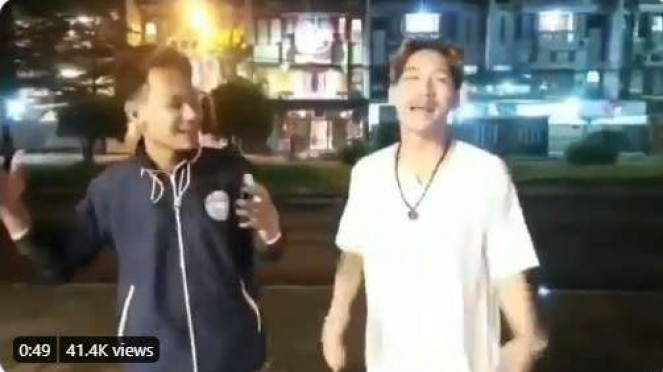 Youtuber Ferdian Paleka memberi sambako sampah kepada waria di Bandung.