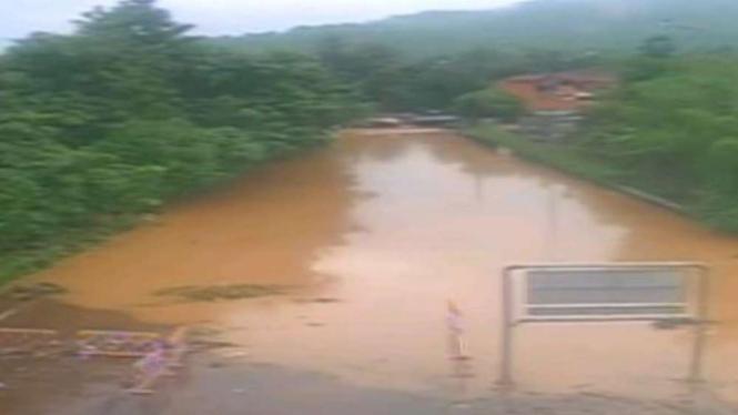 Gerbang Tol Cilegon Barat saat banjir.