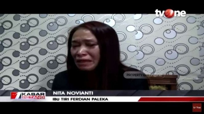 Nita Novianti, ibu tiri Ferdian Paleka meminta maaf sambil menangis.
