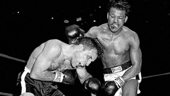 Sugar Ray Robinson (kanan) saat bertarung melawan Jake LaMotta