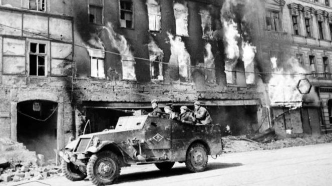 VIVA Militer: Tentara Merah Uni Soviet melintasi jalanan kota Wina, Austria