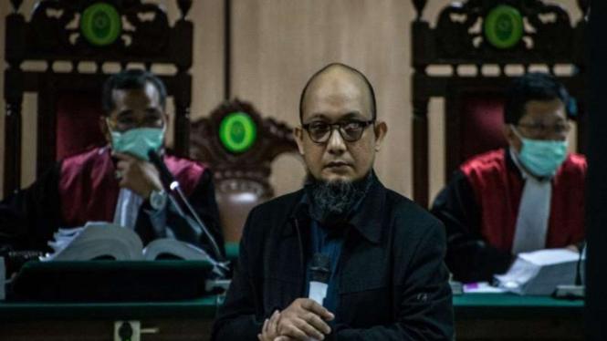 Penyidik KPK Novel Baswedan (tengah) selaku korban menjadi saksi dalam sidang