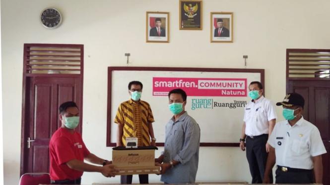 Penyerahan bantuan oleh Smartfren Natuna team ke beberapa sekolah di Natuna.