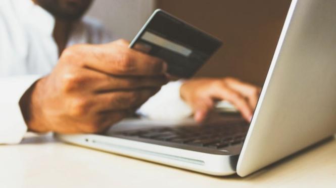 transaksi di e-commerce (unsplash.com/@rupixen)