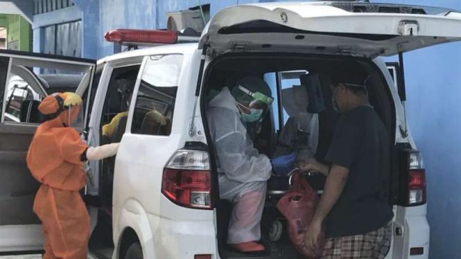 Petugas medis saat melakukan rapid test Corona di Jayapura