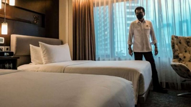 Menteri Pariwisata dan Ekonomi Kreatif, Wishnutama Kusubandio saat mengecek protokol kesehatan di kamar Hotel.