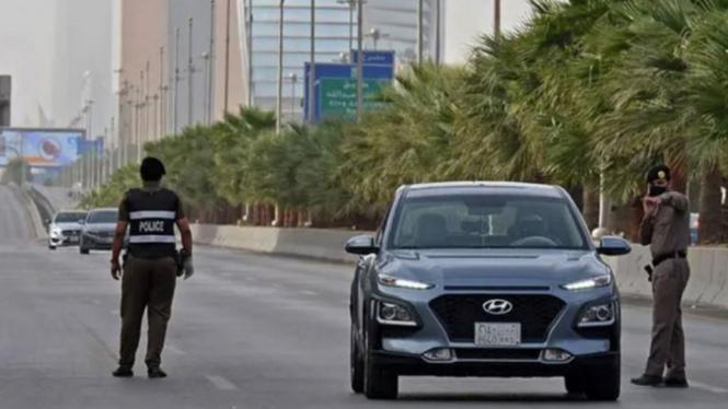 Polisi Arab Saudi sedang melakukan razia.