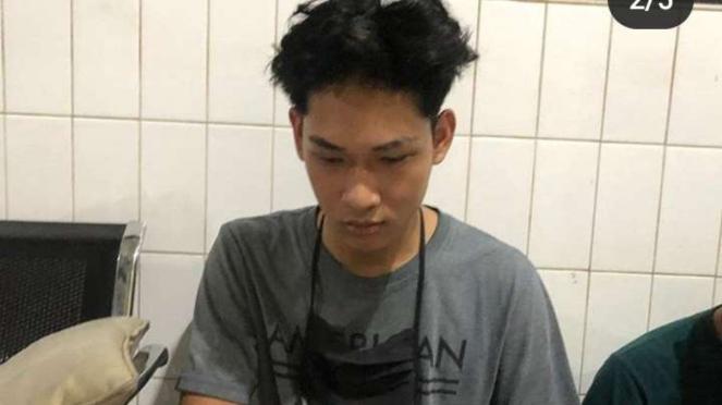 Ferdian Paleka, pemuda pembuat video mengerjai orang (prank) dengan memberikan hadiah tetapi berisi sampah, ditangkap di tol Merak, Cilegon, Banten, pada Kamis tengah malam, 7 Mei 2020.
