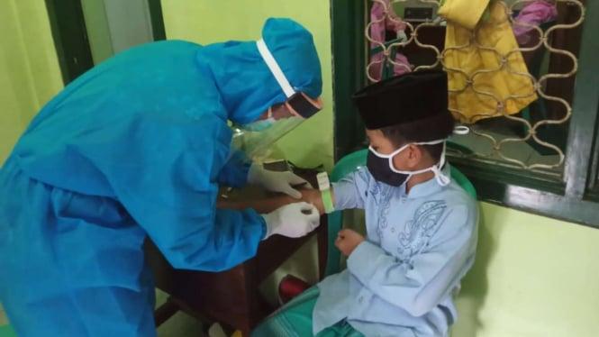 Satgas Covid-19 memeriksa secara cepat (rapid test) kepada sejumlah santri di lima pesantren di kawasan Malang Raya, Jawa Timur, Kamis, 7 Mei 2020.
