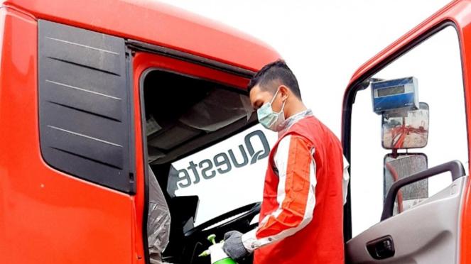 Penyemprotan disinfektan pada kabin truk