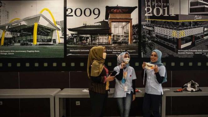 Karyawan beraktivitas di gerai makanan cepat saji McDonalds Sarinah (8/5/2020)