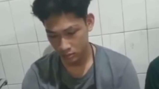 Youtuber Ferdian Paleka hanya tertunduk saat berada di kantor polisi.