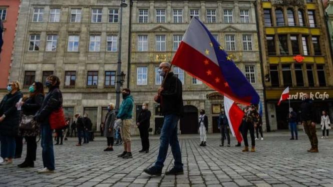 Aktivitas masyarakat di Polandia.