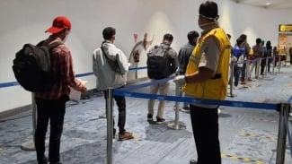 Para pekerja migran Indonesia  tiba di Bandara Soekarno-Hatta.