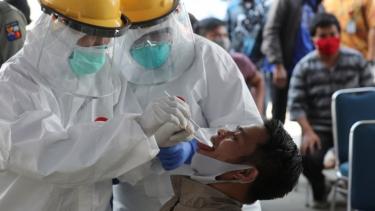 https://thumb.viva.co.id/media/frontend/thumbs3/2020/05/09/5eb61a7ec547e-virus-corona-serang-kejiwaan-pasien-dari-teriak-teriak-serang-petugas-berpikir-kematian-hingga-mencoba-bunuh-diri_375_211.jpg