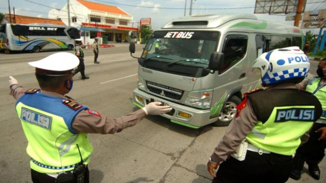 Polisi meminta mobil travel bawa pemudik memutar kembali ke arah Jakarta