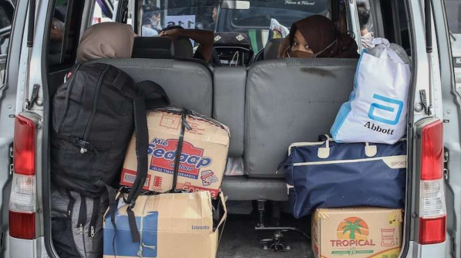 Penumpang beristirahat usai terjaring dalam operasi penyekatan di Polda Metro Jaya, Jakarta, Senin (11/5/2020). Dalam kurun waktu tiga hari operasi penyekatan, yakni mulai 8-10 Mei, Polda Metro Jaya mengamankan 202 kendaraan travel gelap.