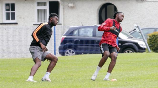 Aaron Wan-Bissaka dan Timothy Fosu-Mensah berlatih di pekarangan sekolah