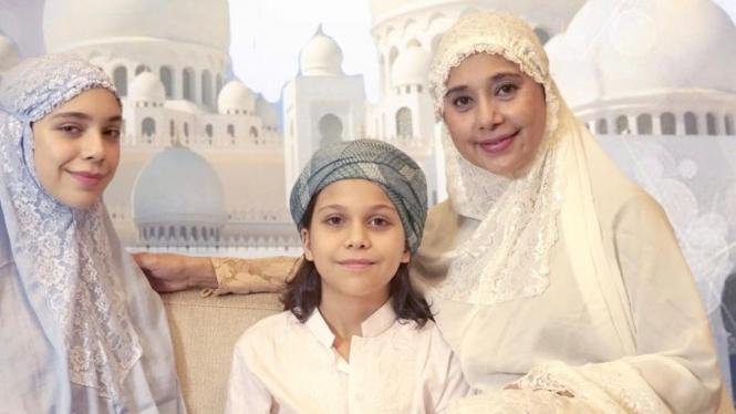 Ayu Azhari dan anak-anaknya
