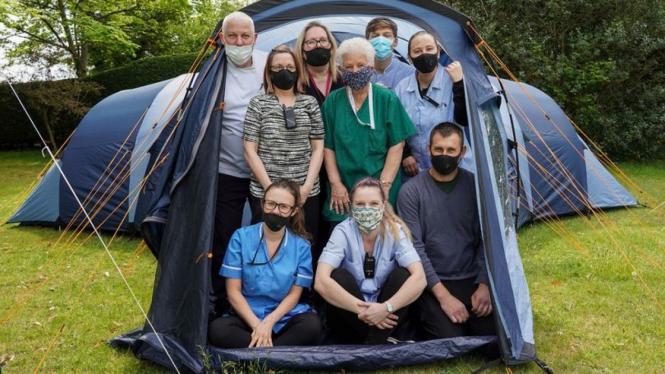 Para perawat & staf medis di Pilgrim Wood, Inggris memilih tinggal di tenda.