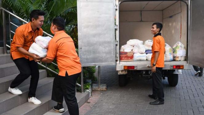 Proses pengiriman barang pesanan pelanggan program Lumbung Pangan Jawa Timur.