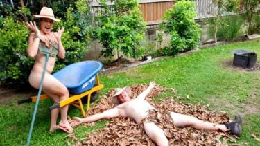 https://thumb.viva.co.id/media/frontend/thumbs3/2020/05/14/5ebca9b8124cd-foto-pasangan-queensland-di-hari-berkebun-telanjang-australia-menjadi-viral_375_211.jpg