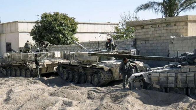 VIVA Militer: Konvoi kendaraan tank Tentara Arab Suriah  (SAA) di Daraa - ilustrasi