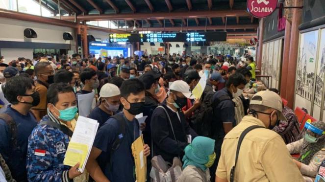 Penumpukan penumpang di Bandara Soekarno-Hatta di tengah pemberlakuan PSBB
