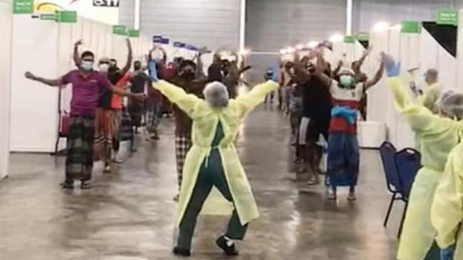 Sebuah video menunjukkan seorang pekerja kesehatan memimpin pasien menari.