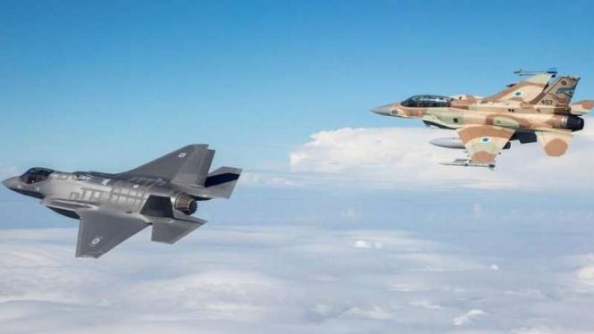 VIVA Militer: Jet Tempur Israel, F-35 (kiri) dan F-16 (kanan) - ilustrasi