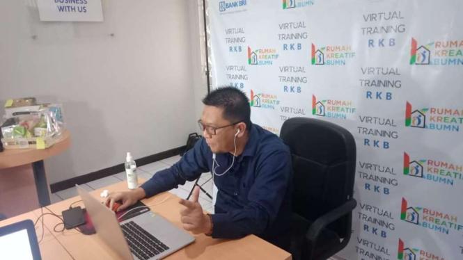 Pelatihan secara live streaming yang digelar oleh Kemenkop RI dan BRI untuk pengembangan UMKM.