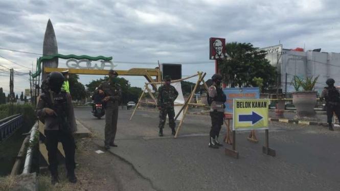 Petugas gabungan berjaga di perbatasan Kota Makassar-Kabupaten Gowa.